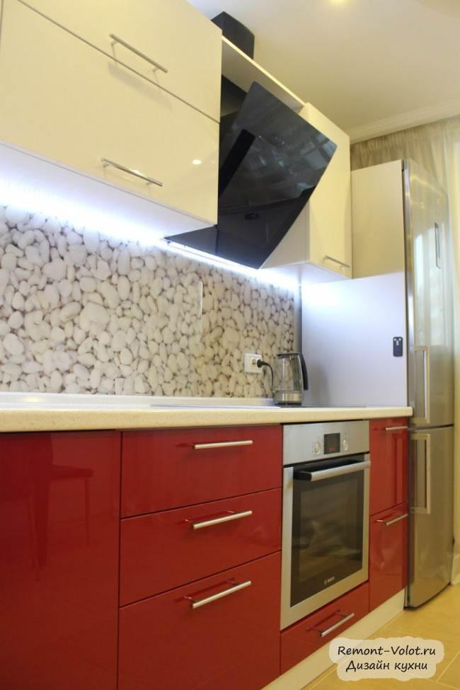 Глянцевая красно-белая кухня со скинали с фотопечатью
