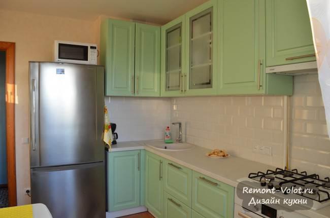 Широкий холодильник 77 см на кухне