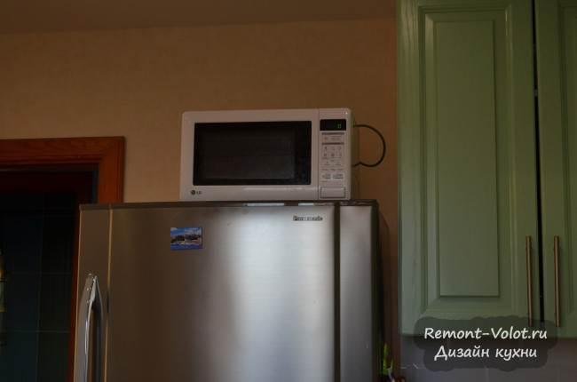 Микроволновка на высоком холодильнике