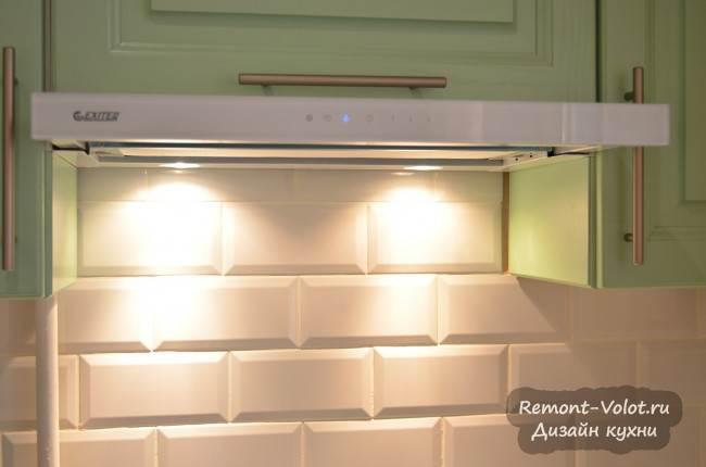Встроенная белая вытяжка в верхний зеленый шкаф