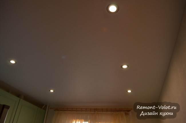 Белый матовый натяжной потолок со встроенными светильниками на кухне