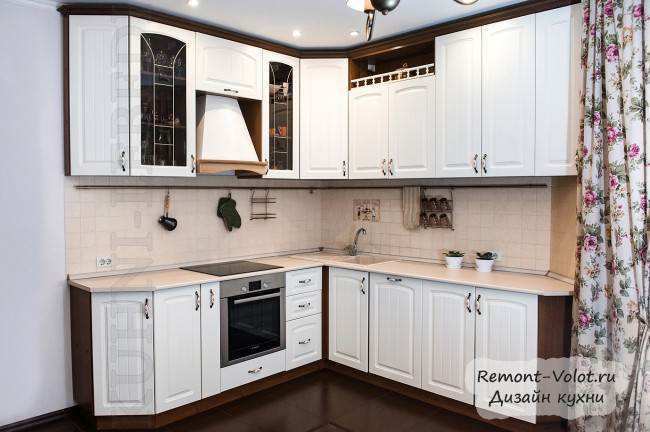 Белая классическая угловая кухня с ореховыми вставками