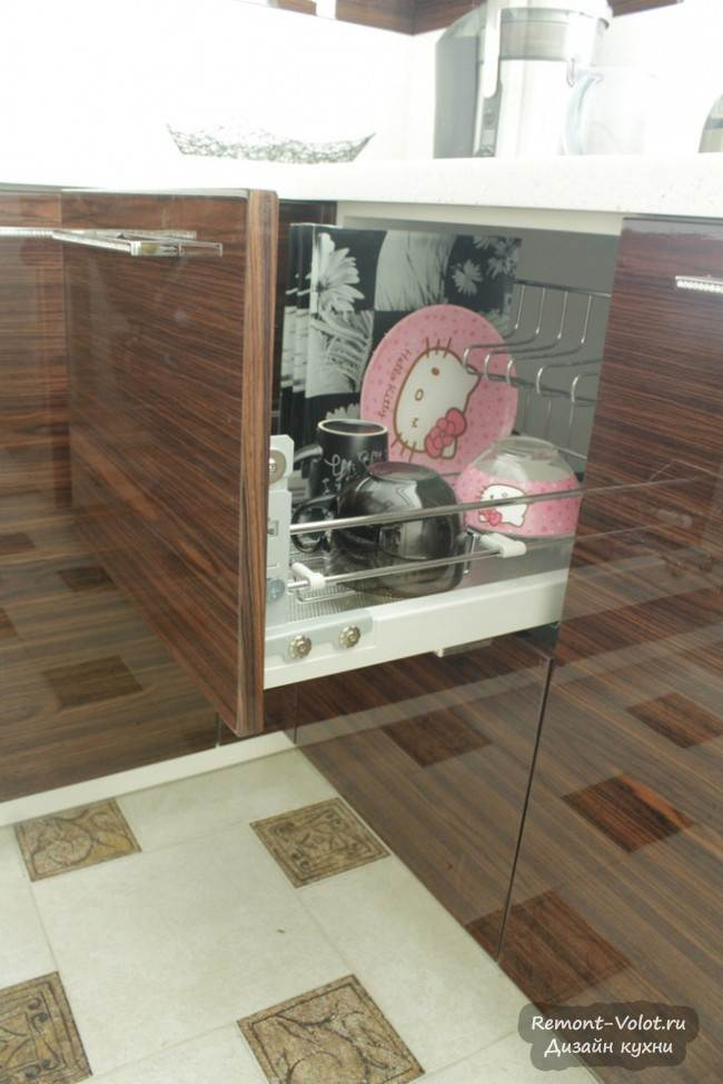 Сушка для хранения посуды в нижнем выдвижном ящике