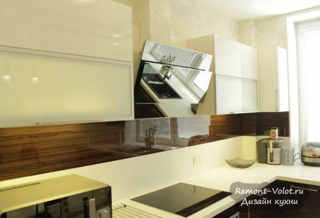 Минимализм на угловой кухне с элементами под дерево