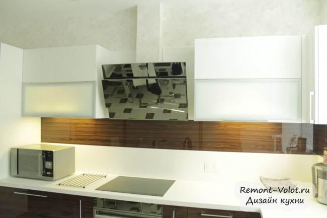 Дизайн угловой кухни цвета дерева с мойкой у окна (11 фото)