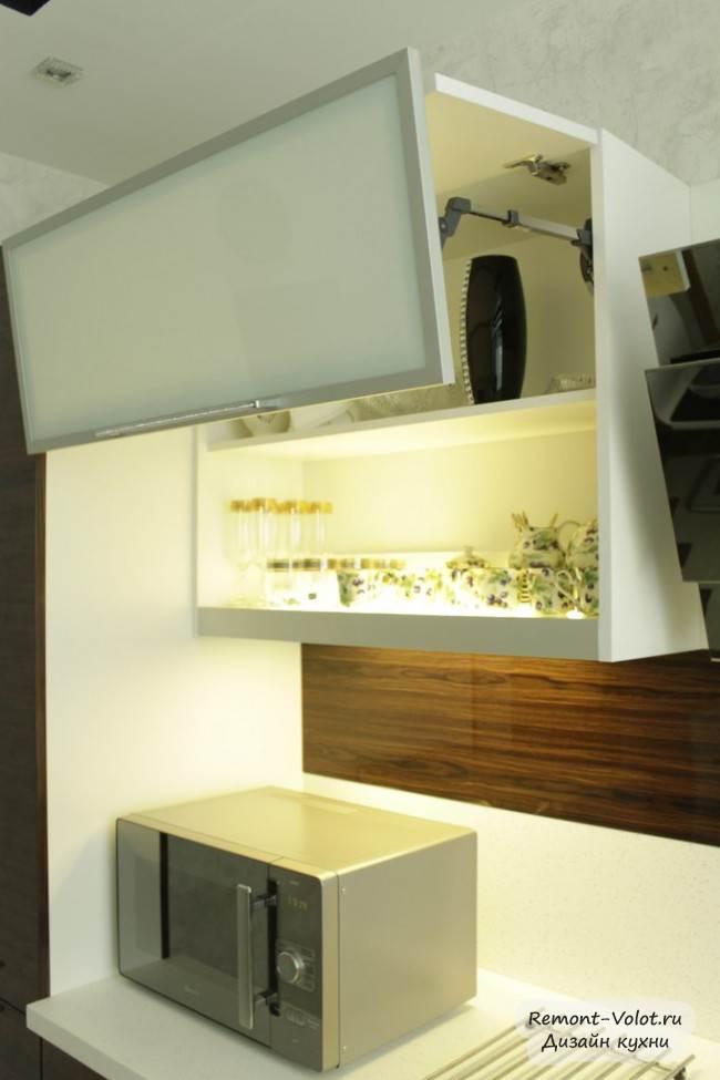 Встроенная подсветка полок внутри верхнего шкафчика