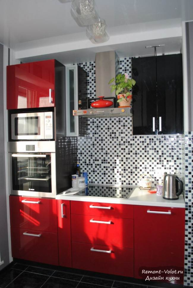 Черно-красная кухня с контрастным фартуком за 2500$