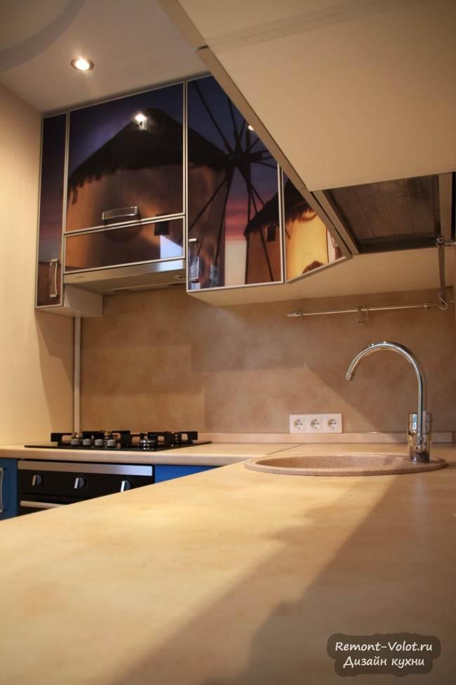 Дизайн синей кухни 5 кв.м с фотопечатью на фасадах