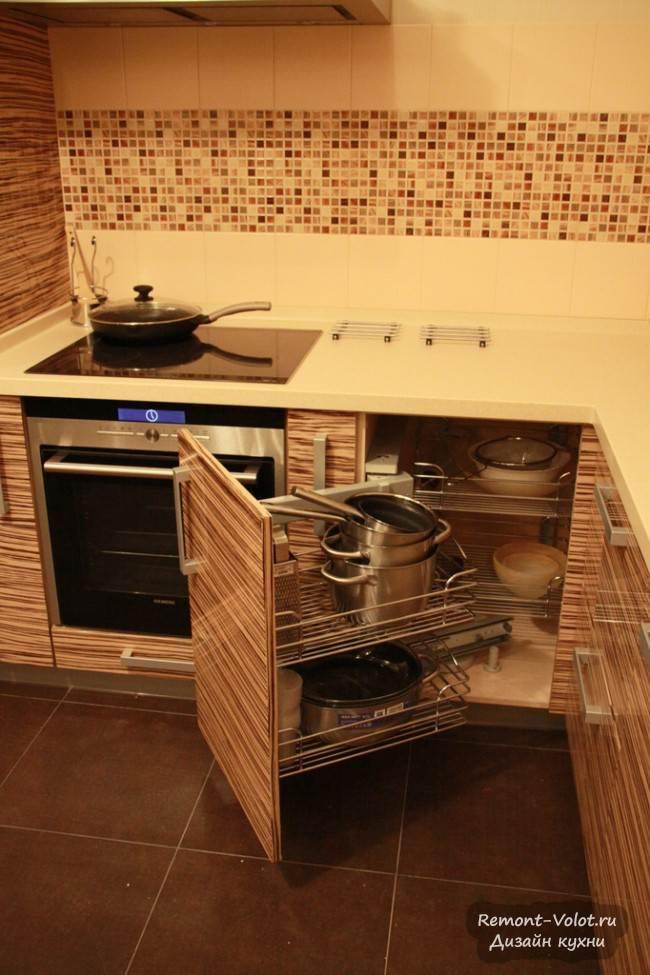 Большая угловая кухня из натурального шпона со встроенной техникой
