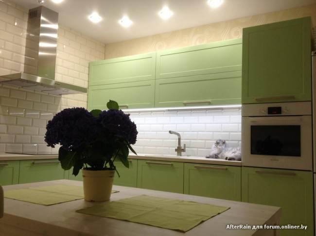 Дизайн салатовой кухни 13 кв.м с фартуком из плитки «кабанчик»