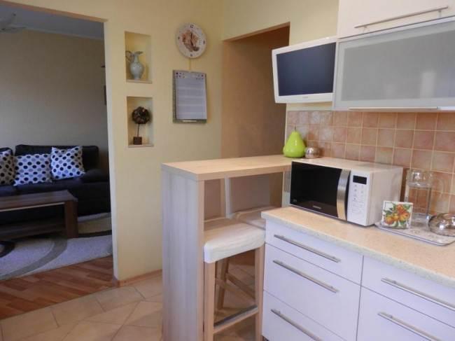 Дизайн белой кухни 10,5 кв.м. с двумя входами без дверей