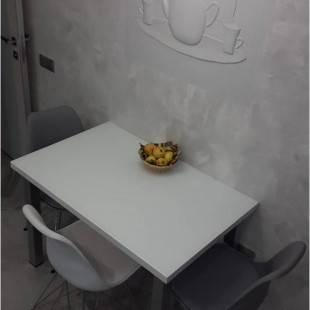 Бело-серая кухня 9,9 кв.м. с рабочей зоной у окна
