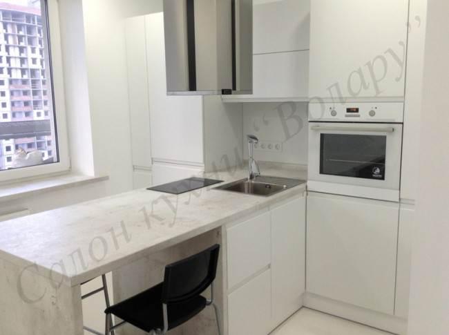 Дизайн белой Т-образной кухни с островной вытяжкой
