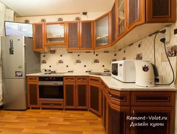 Угловая классическая кухня с фасадами со вставками из ротанга