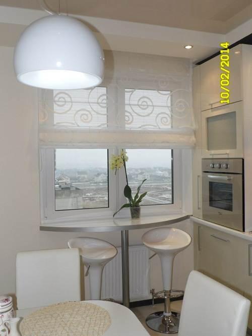 Барная стойка возле окна кухни