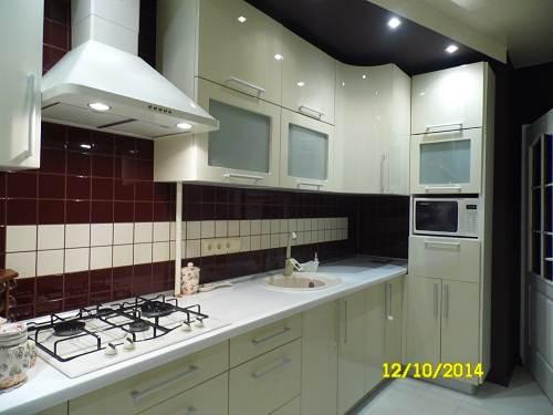 Дизайн угловой бежевой кухни 11,8 кв.м. с темным фартуком и потолком