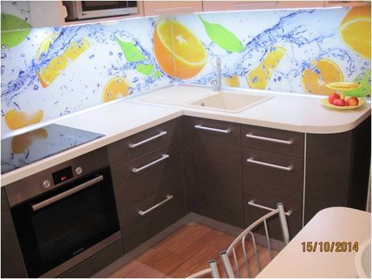 Угловая бежево-коричневая кухня 7 кв.м. с фартуком с апельсинами