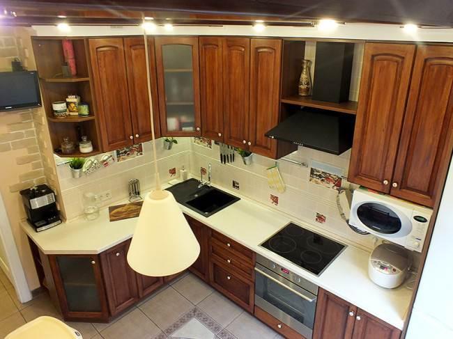 Угловая кухня с белой столешницей