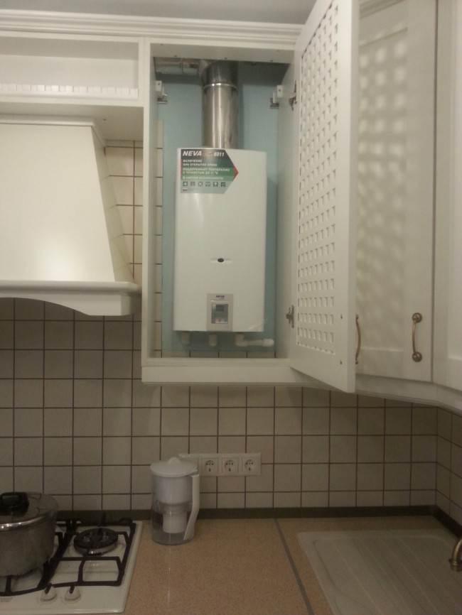 Газовая колонка на кухне спрятана за решетчатым фасадом