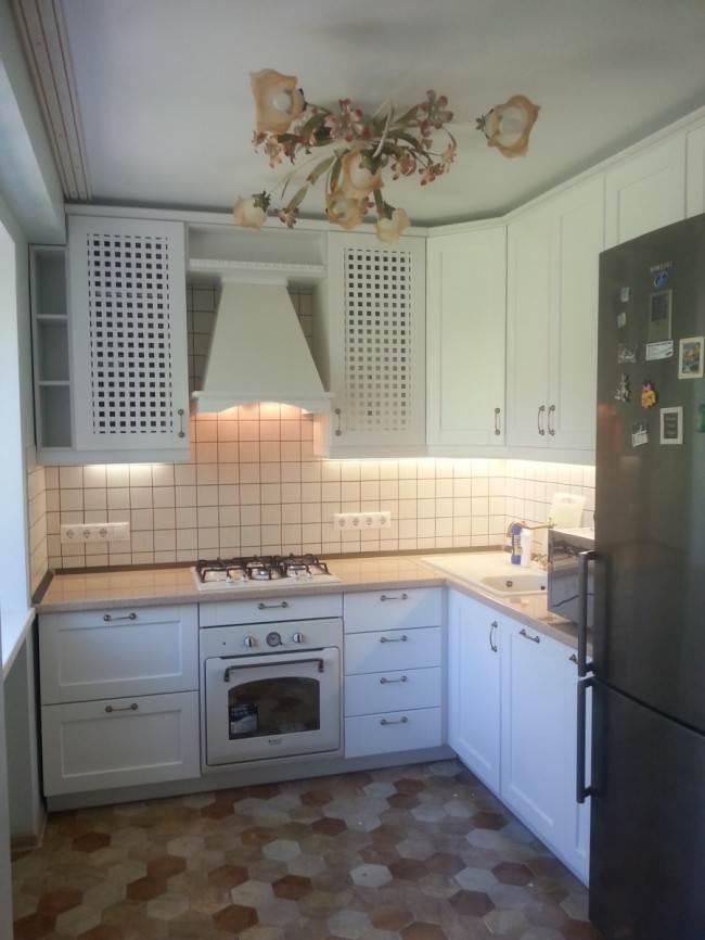 Белая кухня из массива с отдельностоящим холодильником
