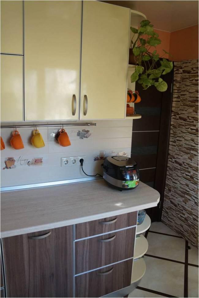 Двухцветная угловая кухня 7,2 кв.м. с круглым стеклянным столом и телевизором