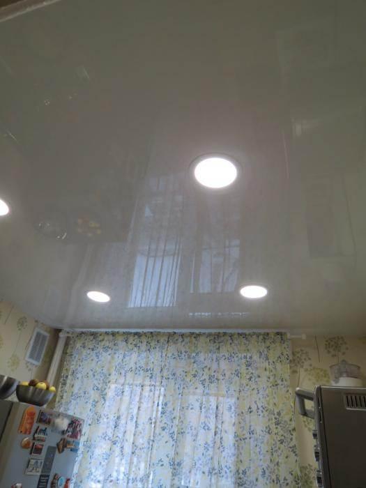 Глянцевый натяжной потолок с встроенными светильниками
