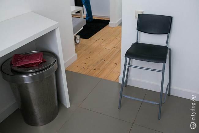 Серая плитка на полу кухни