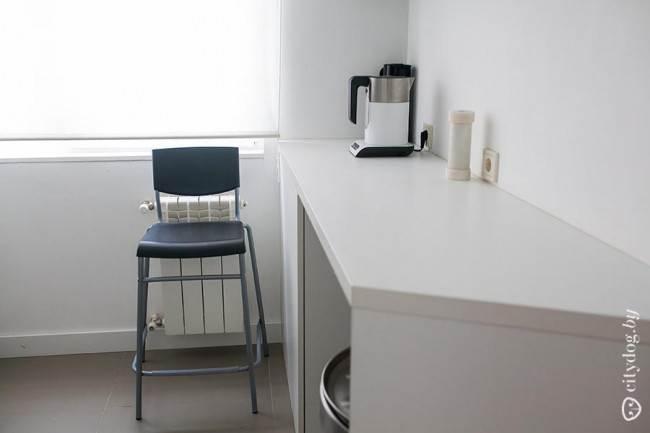 Узкий стол на белой кухне