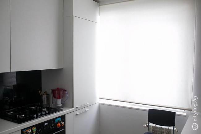 Белые рулонные шторы на кухне