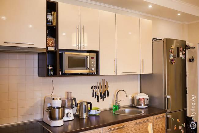 Глянцевые белые фасады на кухне
