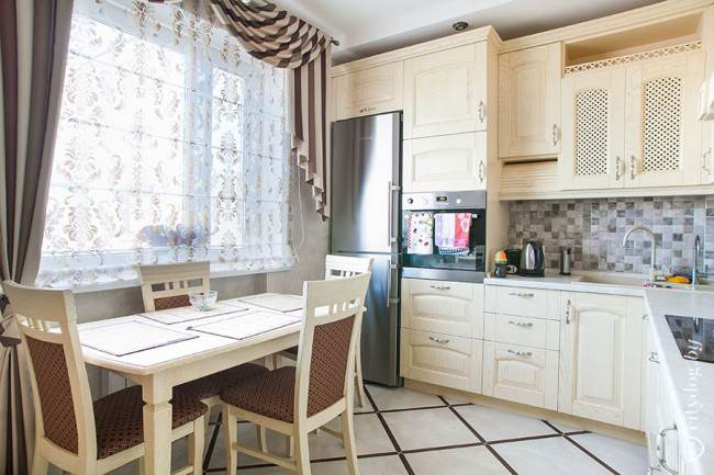 Классическая бежевая кухня с отдельностоящим холодильником