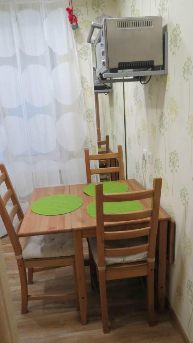 Стол-трансформер и стулья на кухне