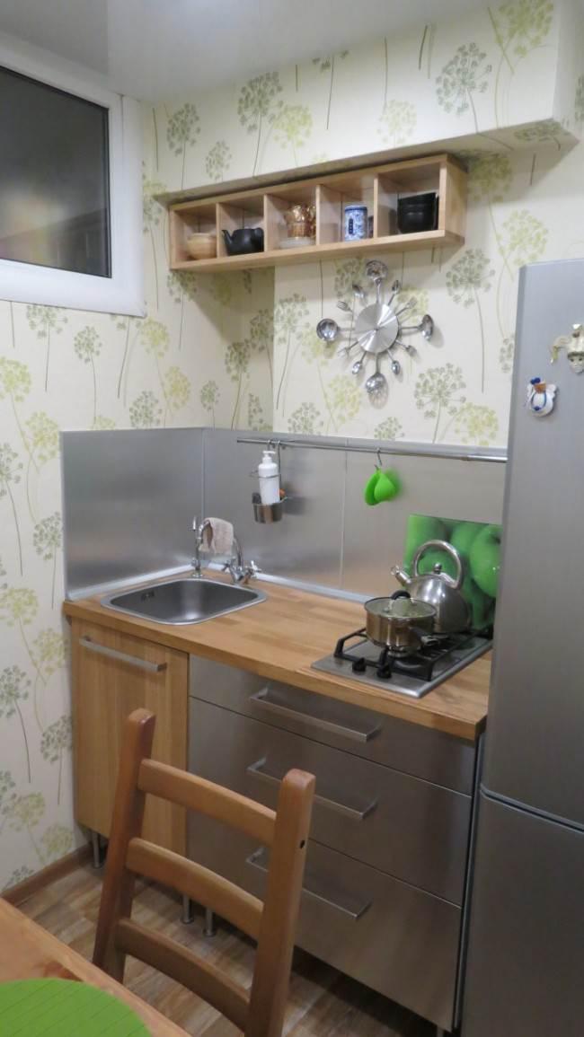 Деревянная полка на кухне