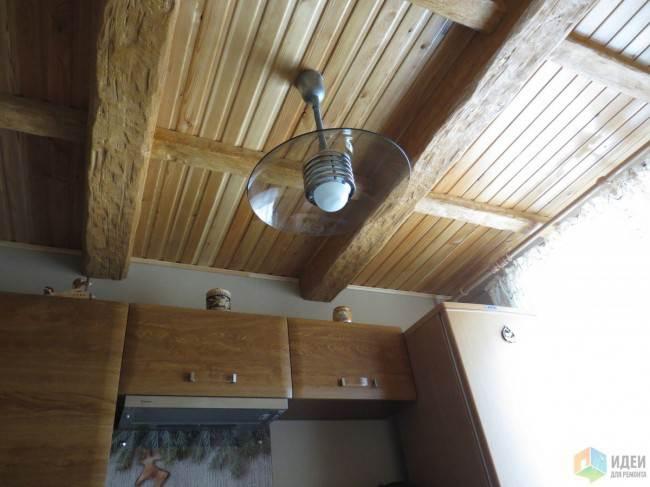 Дизайн угловой кухни 8 кв.м под дерево с балочным потолком