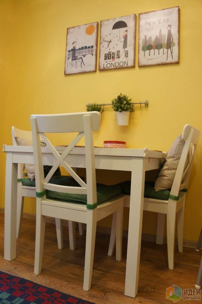 Белая обеденная зона с мягкими подушками на стульях