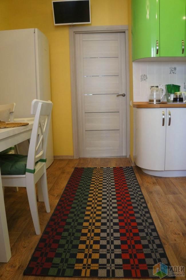 Разноцветный ковер на полу
