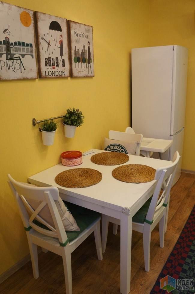 Зелено-белая кухня 10 кв.м. со стильной обеденной зоной