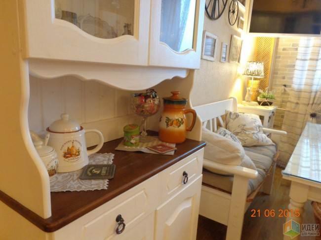Дизайн угловой кухни 16,5 кв.м в стиле кантри с барной стойкой