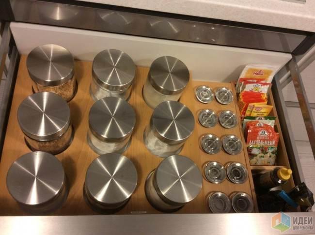 Большая белая кухня в стиле минимализм с необычной обеденной зоной