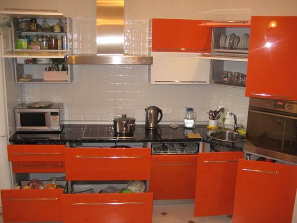 Вместительная угловая кухня с бело-оранжевыми фасадами