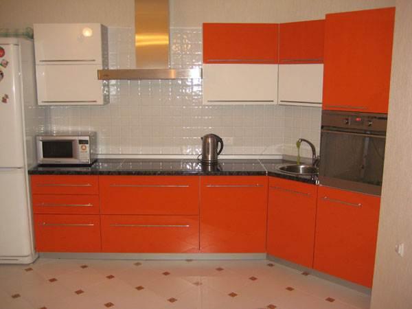 Яркая кухня с белым фартуком