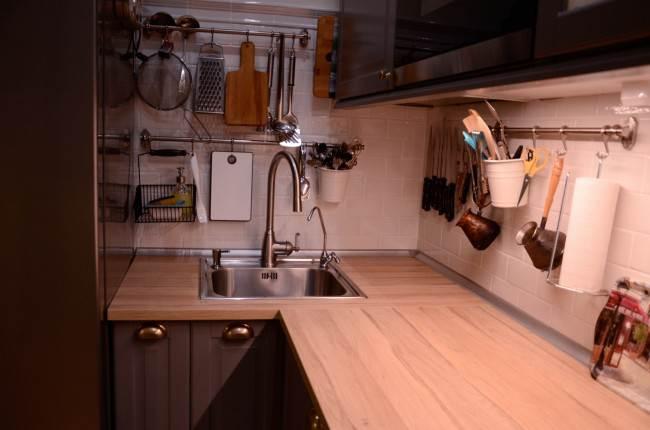 Белый плитка на кухонном фартуке