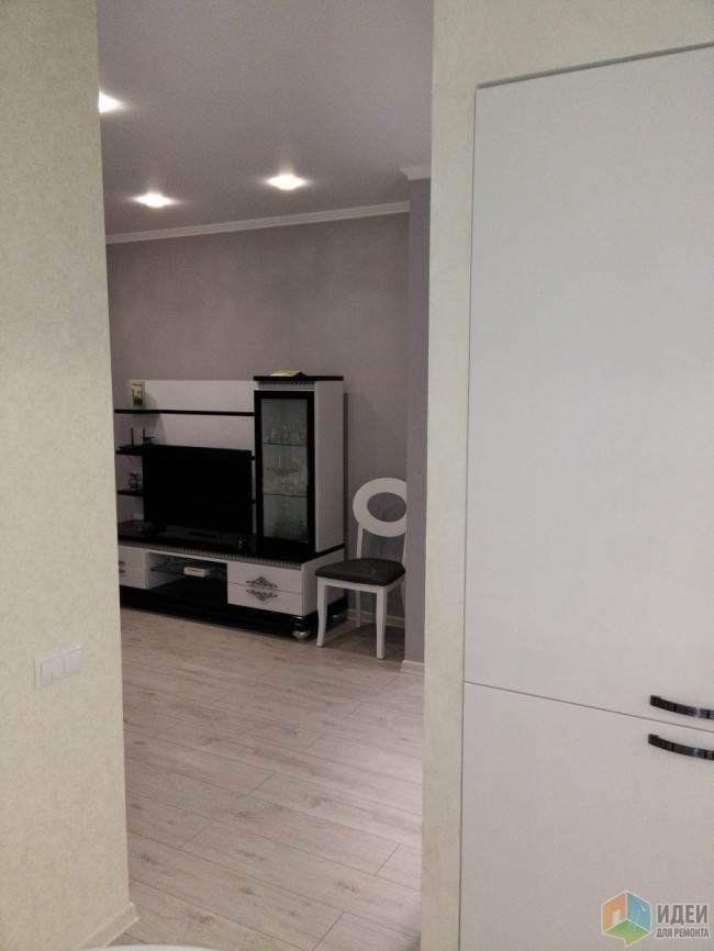 Угловая белая кухня 10,4 кв.м. с черной столешницей