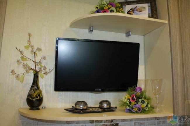 Телевизор на классической кухне