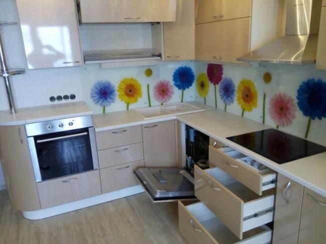 Бежевая кухня 9 кв.м с двухуровневой столешницей