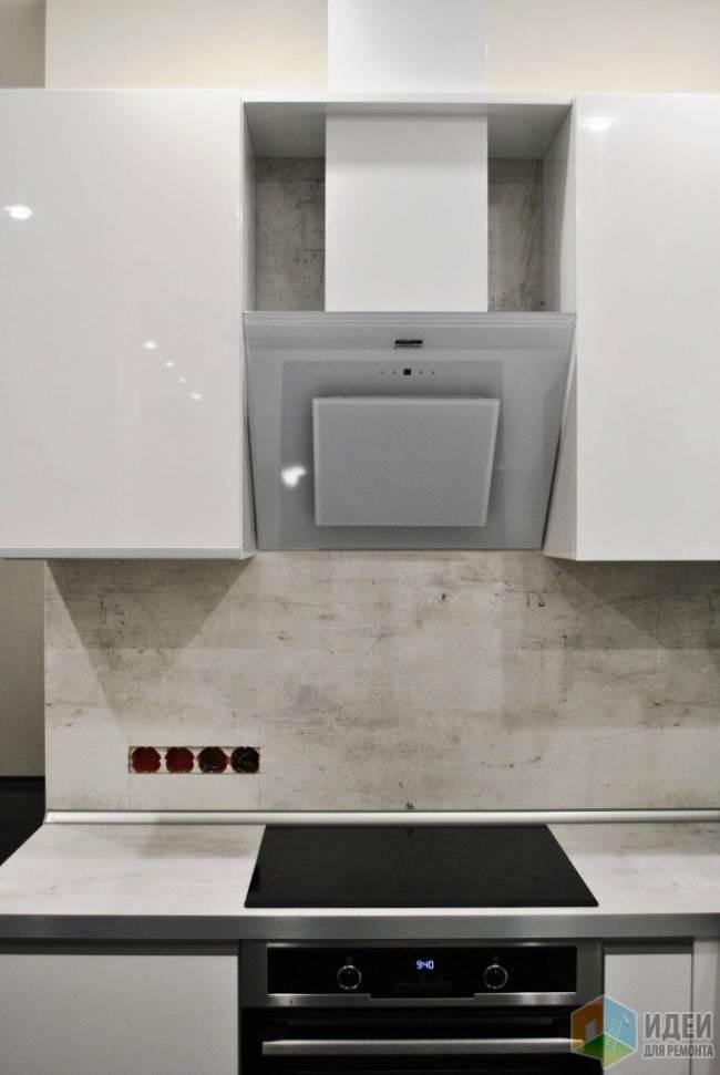 Фартук под бетон на кухне с белыми глянцевыми фасадами