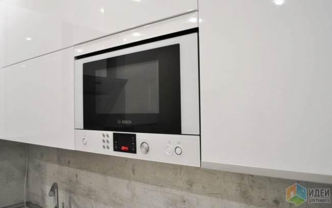 Встроенная микроволновая печь на кухне