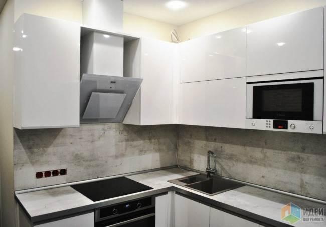 Современный белый кухонный гарнитур со столешницей из