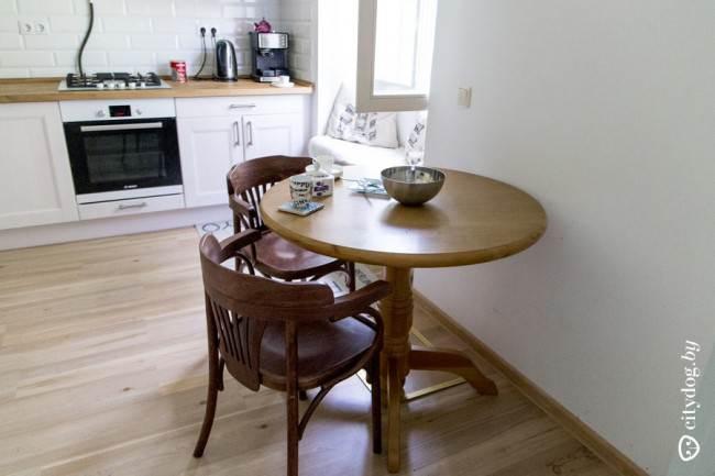 Круглый деревянный стол на кухне