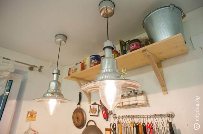 Полки на кухне в кантри стиле